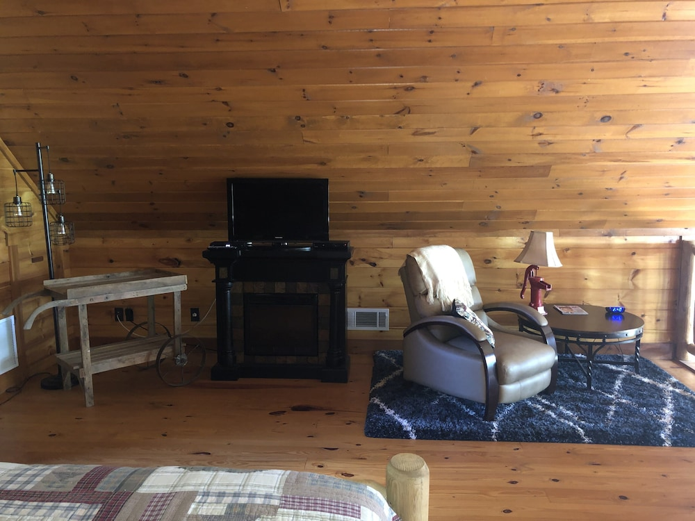 , Cozy Lakefront Cabin Perfect for a Relaxing get Away!