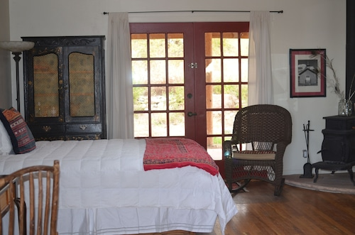 Charming Adobe in Santa Fe Close to all Amenities With Mountain Views