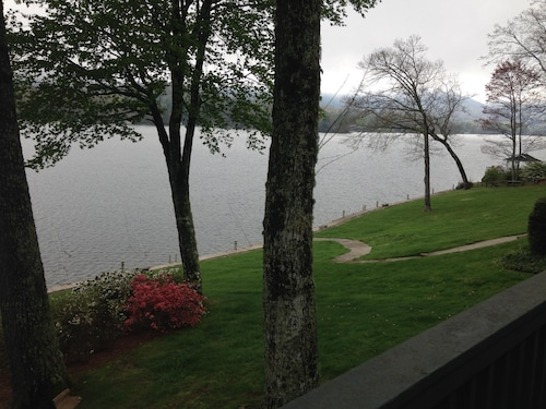 Beautiful Private Mountain Lakefront Condo