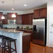 4BR Townhouse: Pool/gym/wifi/beach Parking Pass