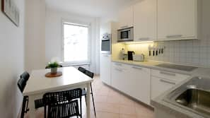 Großer Kühlschrank, Mikrowelle, Ofen