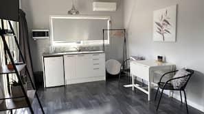 Kühlschrank, Mikrowelle, Wasserkocher, Kochgeschirr/Geschirr/Besteck