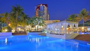 3 piscine all'aperto, cabine incluse nel prezzo, ombrelloni da piscina