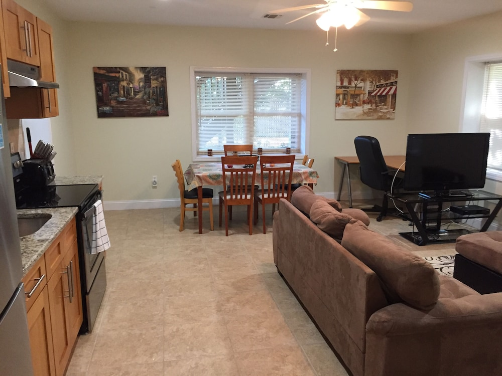 Living Room, Cozy Apartment Located 15 Minutes Away From NYC and Metlife Stadium.sleeps 6