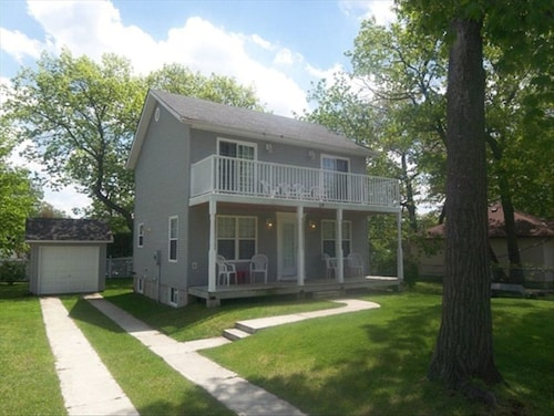 Shabby Chic in Wasaga 4 Bedroom Beach House Located Steps From Wasaga Beach!