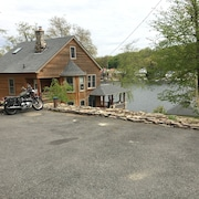 Lake Front House/deep Water/ Peaceful....fun!