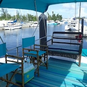 Comfy Trawler in New Marina/resort - Perfect for Couples and Families