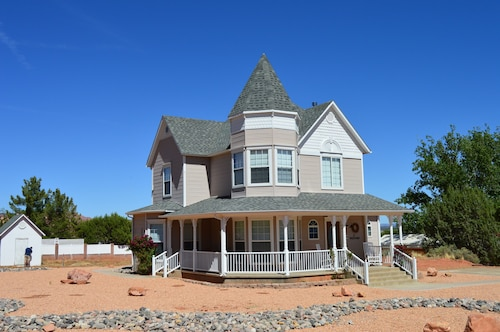Spacious 3 Level Home. 5 Star Rating. Hike Zion, Bryce, Grand Canyon and More!