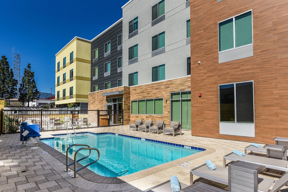 Outdoor Pool, Fairfield Inn & Suites by Marriott Ontario Rancho Cucamonga