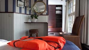 Een bureau, een strijkplank/strijkijzer, babybedden (toeslag)