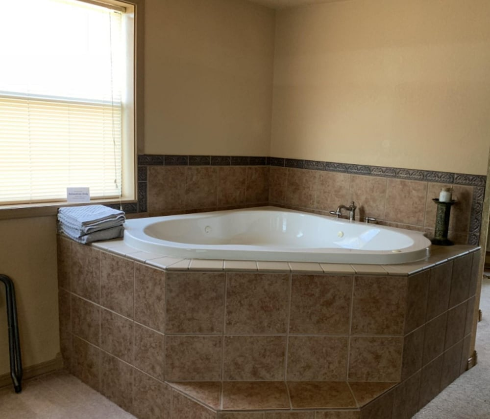 Jetted Tub, Biggers Bed & Breakfast