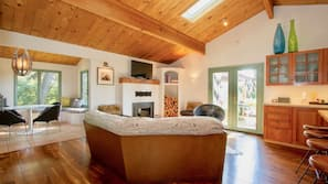 2 bedrooms, desk, Internet