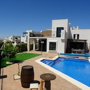 Luxury Villa With Private Heated Pool Games Room & Bikes