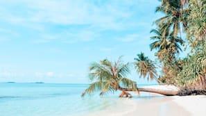 Privatstrand in der Nähe, weißer Sandstrand, Liegestühle, Strandtücher