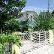 Beautiful, Spacious Air-conditioned Apartment Close to South Coast Beaches
