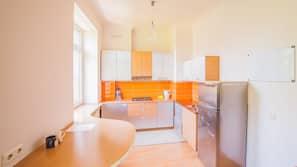 Jääkaappi, liesi, keittoastiat/astiat/ruokailuvälineet