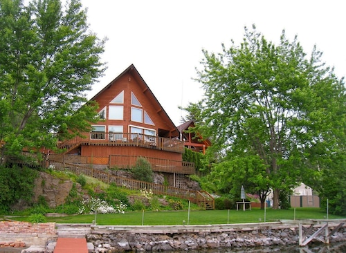 Premier Chalet Home Located on Desirable Williams Lake - Williams Lake Retreat