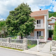 Charming Seafront Villa Magnolia, 4 in Bijela, Bay of Kotor / 6 Guests