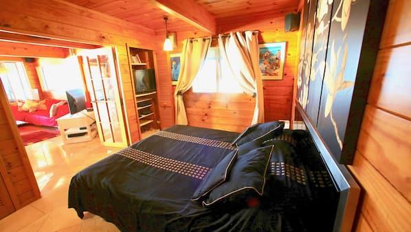 1 sovrum, skrivbord, strykjärn/strykbräda och resesäng