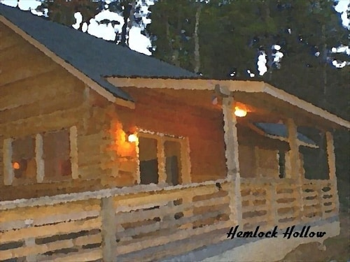 Secluded Log Cottage .hot tub on Deck and Two Person Whirlpool Tub Fire Place