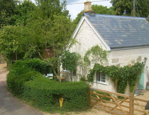 Charming 17c Grade II Listed Detached Cottage, Period Features in Rural Dorset