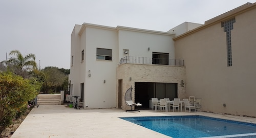 Modern House in Ceasaria Very Close to the Beach and the Mall - Renovated