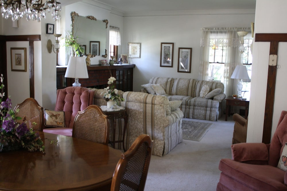 Living Room, Welcome to Grandma's House! I'd Love to Host Your Family&friends! 2 Night Min!