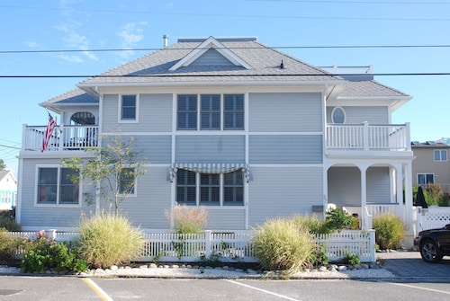 Beach Haven, 4 Bedrooms W/pool. Quick Walk to Bay Village