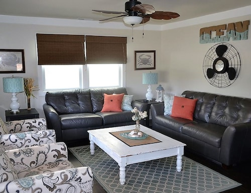 Beautiful Ocean Block 3 BR 2 Bath, Free Wifi & Linens, Lg Deck, Steps to Beach