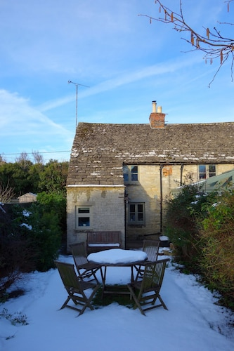 Charming, Secluded, Characterful Cottage in the Heart of Lechlade