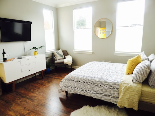 Bright Downtown Sebastopol Flat With Laundry and Wifi