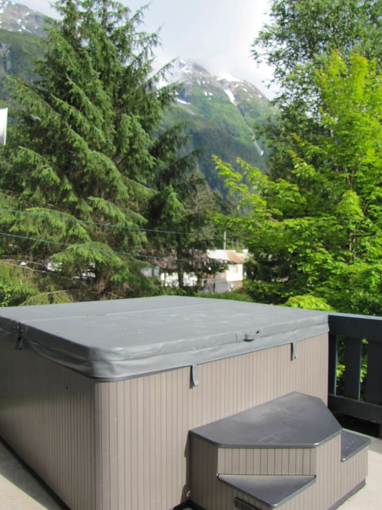 Outdoor Spa Tub, B & B House Austria