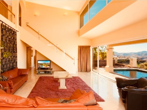 5 Star Villa Front Line Golf, Private Pool, Wifi, Cable TV, Near Mijas