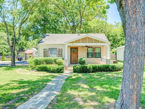 Charming Corner Cottage in Historic Downtown Franklin