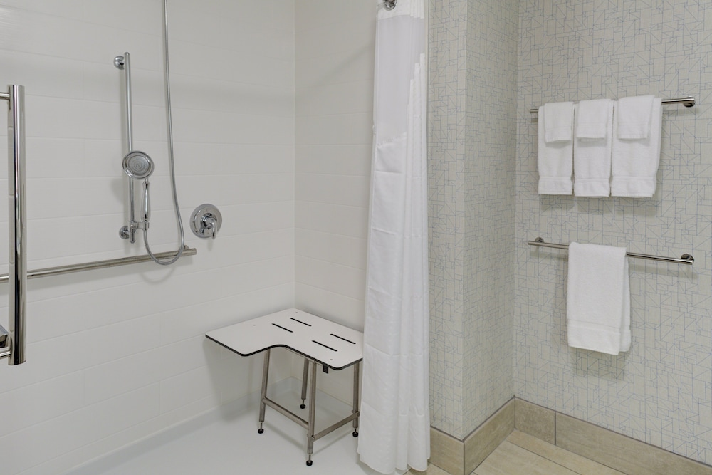 Bathroom, Holiday Inn Express and Suites King George- Dahlgren