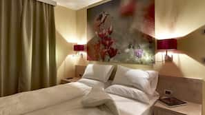 Zimmersafe, individuell eingerichtet, Verdunkelungsvorhänge