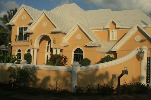Luxurious 4BR Chateau-pool, Family-friendly, Near Spotts Beach & Heart of Cayman