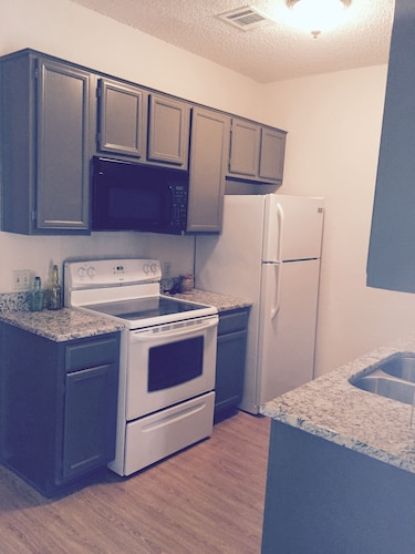 Green & Gold Getaway - Updated Condo Near Baylor, Magnolia Market and More!