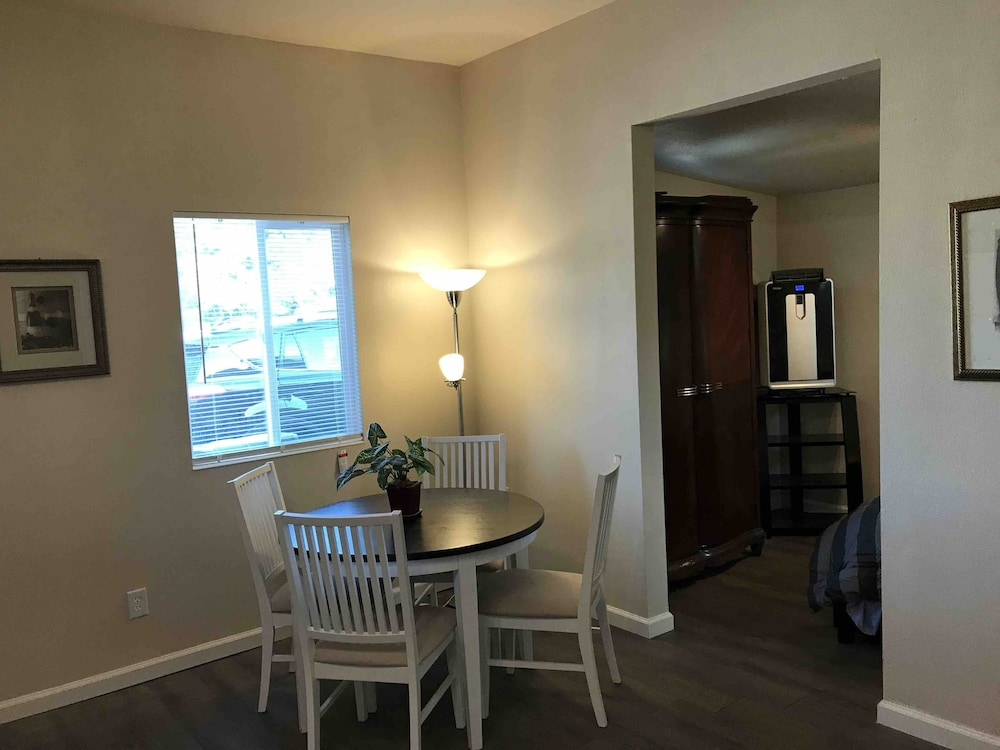 , Awesome ONE Bedroom Next to Red Rocks Light Rail Station