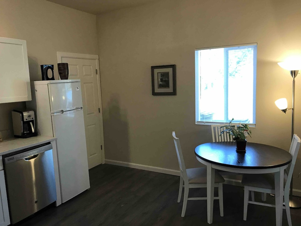 Private Kitchen, Awesome ONE Bedroom Next to Red Rocks Light Rail Station