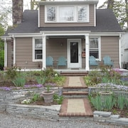 Cozy Bungalow Near University Of Richmond, Shopping, Dining, And