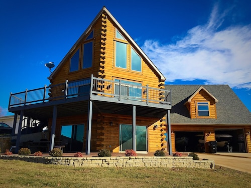 Newly Decorated, Beautiful log Sided Apartment Located on Lake Barkley
