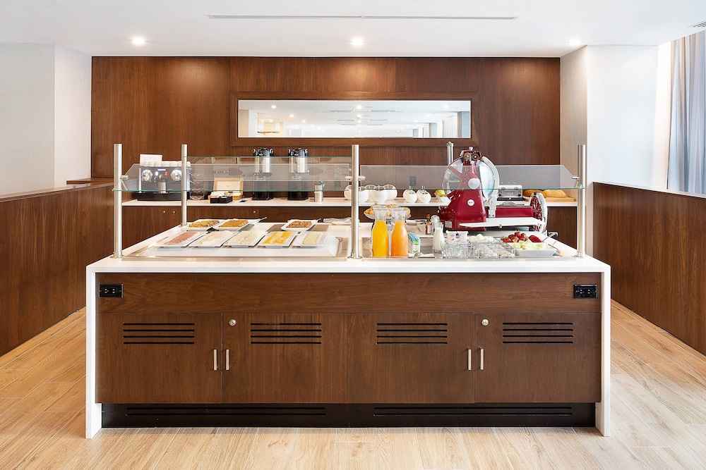 Breakfast buffet, AC Hotel by Marriott Montreal Downtown