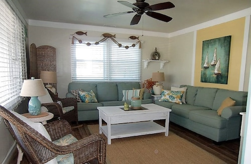 Beautiful 3 BR 2 Bath Ocean Block Close to Beach, Lg Deck, Wifi, Linens Included