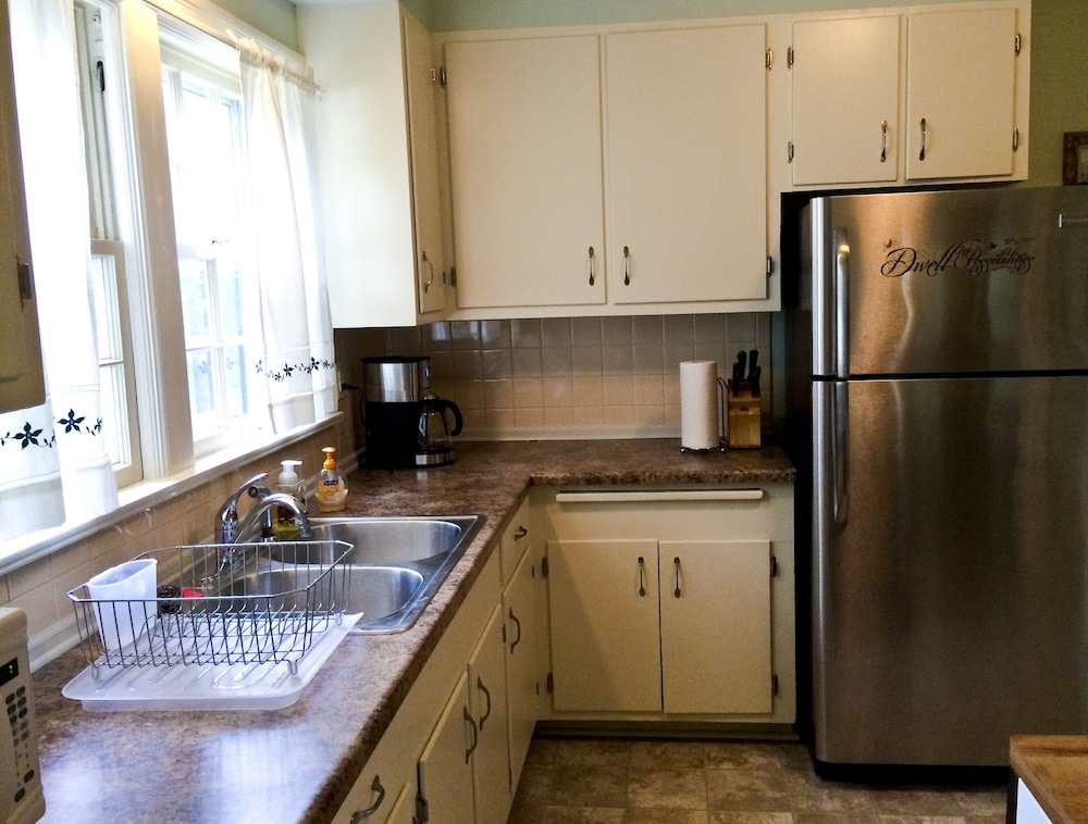 Private Kitchen, Very Comfortable 2 Bedroom Cottage Located Near Downtown And Historic Districts