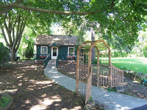 Downtown Lake Geneva Cottage Sleeps 5