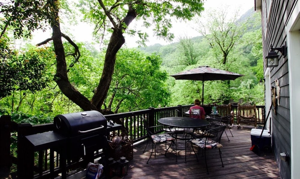 BBQ/Picnic Area, The River House at Chimney Rock