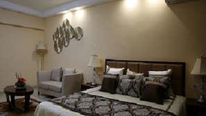 房內夾萬、書桌、窗簾、熨斗/熨衫板
