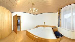 1 Schlafzimmer, hochwertige Bettwaren, Zimmersafe, Bügeleisen/Bügelbrett