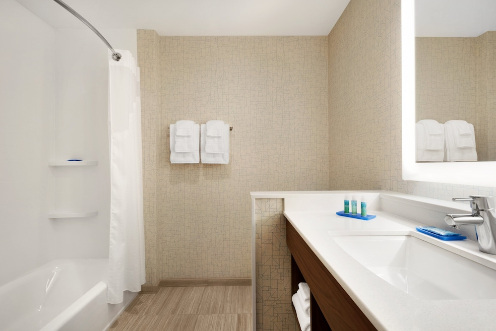 Bathroom, Holiday Inn Express And Suites-Cincinnati South - Wilder